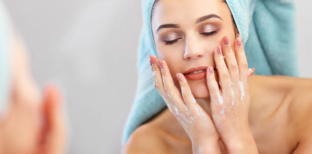 La detersione è il secondo step fondamentale da seguire per preparare la pelle al sole
