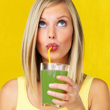 Un cocktail verde alla clorofilla, vero booster di giovinezza